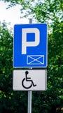 Blått tecken och vit parkera teckenparkering för personer med handikapp royaltyfri illustrationer