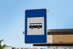 Blått tecken som indikerar en bussstation i Portugal Royaltyfri Bild