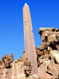 blått tempel för sky för colonnadeagainstkarnak Royaltyfria Foton