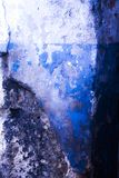 Blått texturerar den gamla väggen Arkivfoton