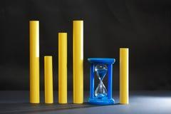 Blått timglas på mörker Arkivbild