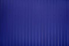 Blått tonad korrugerad metalltexturyttersida Arkivbild