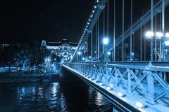 Blått tonade sikt från den Chain bron, Budapest Arkivbild