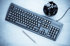 blått tonat tangentbordkontor royaltyfri fotografi