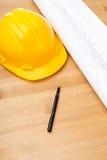 Blått tryck för konstruktion och säkerhetshjälm Royaltyfri Bild