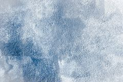 Blått tvättad målad texturerad abstrakt bakgrund med borsteslaglängder i vit- och blåttskuggor Abstrakt ljus färgrik målningkonst arkivfoton