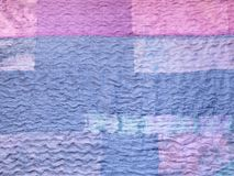 Blått tyg på patchworktorkduken arkivbilder