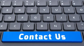 Blått utrymme kontaktar oss knappen på tangentbordbegrepp Arkivfoto