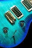 Blått vagga den isolerade gitarren Arkivbilder