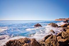 Blått vatten över vaggar Royaltyfri Fotografi