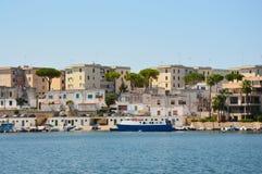 Blått vatten av Brindisi port med skepp, Apulia, Italien arkivfoton
