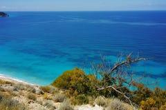 Blått vatten av det ionian havet, nära Agios Nikitas Village, Lefkada Arkivfoton