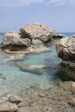 Blått vatten av Konnos skäller i Cypern med vaggar och stenar Arkivfoton