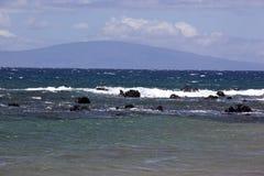 Blått vatten av kusten av Maui Arkivfoto