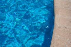 blått vatten för kantpölsimning arkivbild
