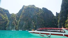Bl?tt vatten, gr?n kullar och brant vaggar Fartyget seglar n?ra ?n Fartyg med turister i fj?rden fotografering för bildbyråer