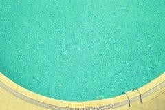 Blått vatten i en hotellsimbassäng tonat Royaltyfria Foton