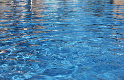Blått vatten i pölen och nära bakgrunden Arkivbild
