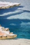Blått vatten i Yellowstones geysers Arkivfoto