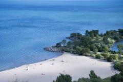 Blått vatten möter Sandy Beach Shore Royaltyfria Bilder
