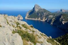 Blått vatten och bergen royaltyfria bilder