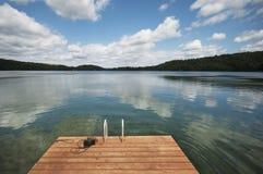 Blått vatten och himmel som ser över flotten Royaltyfria Bilder