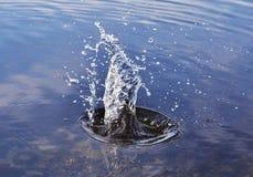 Blått vatten och luftbubblor Arkivfoton