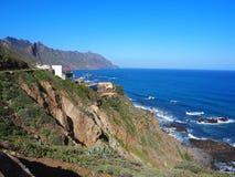 Blått vatten och vaggar sikt på havet på sommar Tenerife arkivbild