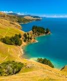 Blått vatten på Marlborough låter, den södra ön, Nya Zeeland Royaltyfri Fotografi