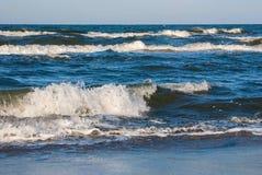 Blått vinkar på Östersjön Royaltyfri Foto