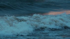 Blått vinkar upplyst orange solnedgång på strandkampen stock video
