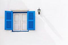 Blått wood fönster för tappning Arkivfoton