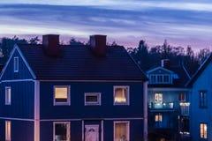 Blått wood hus i den Göteborg Sverige solnedgången Arkivfoton