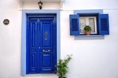 Blått ytterdörr och fönster i Grekland arkivbilder