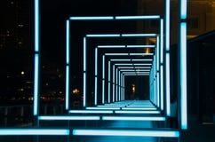 Blåttbågar av ljus som installeras på floden, promenerar under den Singapore floden på nätterna 2015 Arkivbild