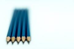 Blåttblyertspennor på vit bakgrund Arkivbild