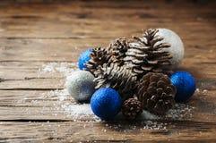 Blåttbollar och julkottar på trätabellen Arkivbilder