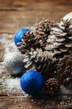 Blåttbollar och julkottar på trätabellen Royaltyfria Bilder