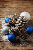 Blåttbollar och julkottar på trätabellen Royaltyfri Fotografi