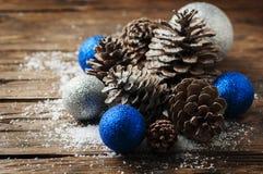Blåttbollar och julkottar på trätabellen Arkivbild