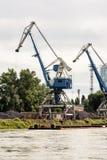 Blåttkranar i lastport som översätter kol, industriell plats Royaltyfri Fotografi