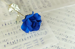 Blåttros och musikanmärkningarna Royaltyfri Fotografi