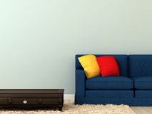 Blåttsofaen med färgrikt kudder, och ett kaffe bordlägger Royaltyfri Foto