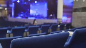 Blåttstolar i en konserthall som är suddig royaltyfri fotografi