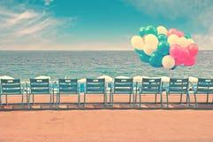 Blåttstolar och ballonger på den engelska promenaden i staden av Nice i Frankrike Royaltyfri Bild
