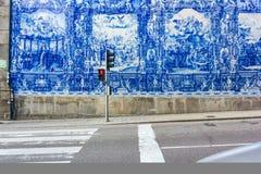 Blåtttegelplattor och tvärgata Royaltyfri Bild