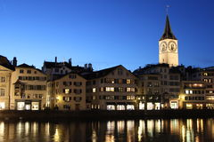 Blåtttimme för St Peter Cathedral Zurich arkivbilder