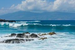 Blåttvågor och Rocky Shore Royaltyfri Foto