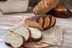 blé de jpg de pain entier Miche de pain entière coupée en tranches sur le tablec Photos libres de droits
