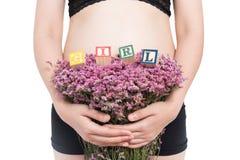 Blöcke der schwangeren Frau und des Alphabetes, die MÄDCHEN auf weißem backgr buchstabieren Lizenzfreie Stockfotos